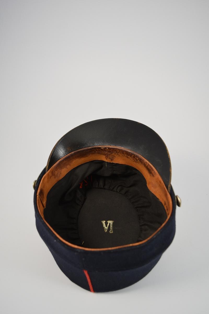 Uniform i to deler, jakke og lue.  a) lett innsvinget m/slag, enkelspent, høy krage; b) bøtteform m/ skygge og distinksjoner