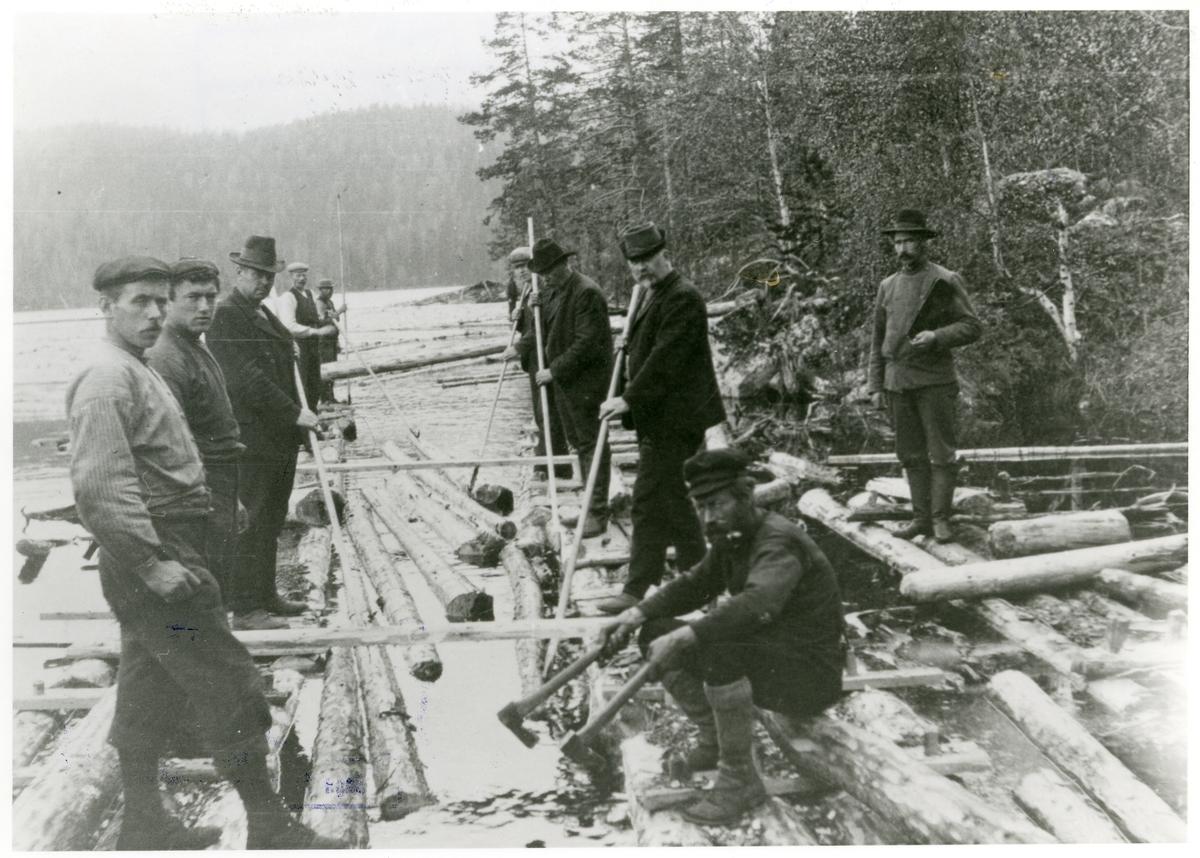 Tømmerfløyting i Buvassfaret, 1899-1900.