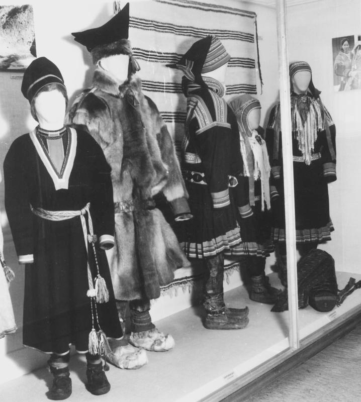 Utstillingsdukker ned samiske drakter. (Foto/Photo)