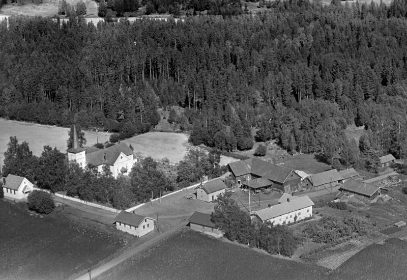 Flyfoto tatt i 1955 av gården Tomter i Vallset, hvor låven sto fra 1860 til den ble flyttet  på museum på Domkirkodden i 1991.
