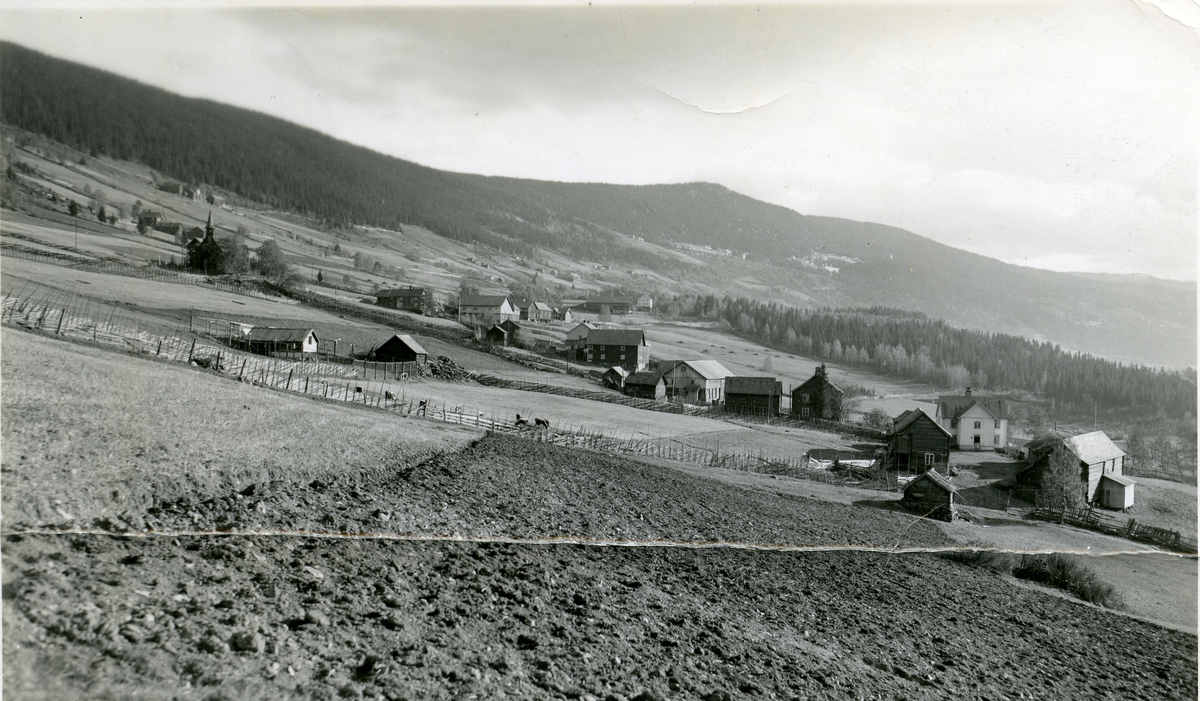 Lomisgrenda, Vestre Slidre. Stavkyrkja til venstre.