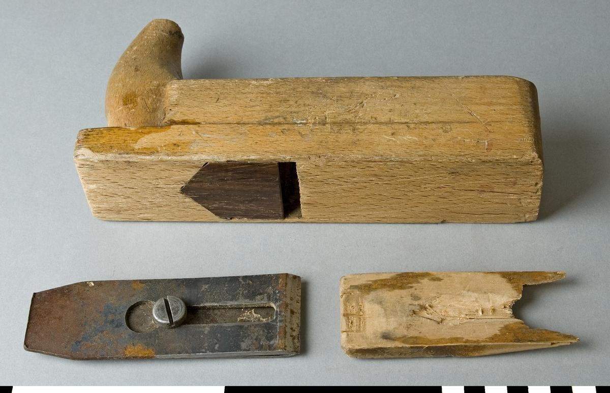 Hyvel av bokträ. Putshyveln har ett handtag i framändan. Handtaget kallas även för hornet. Hyveln är avsedd för finhyvling och putsning av trä. Framför hyveljärnet på sulan finns ett annat hårt, mörkt träslag inlagt. Ovansidan har siffran 5 instämplat.  Den är ej märkt med Stockholms Borgargilles nummer.  Funktion: Liten handhyvel för ytor och kanter av mindre arbetsstycken