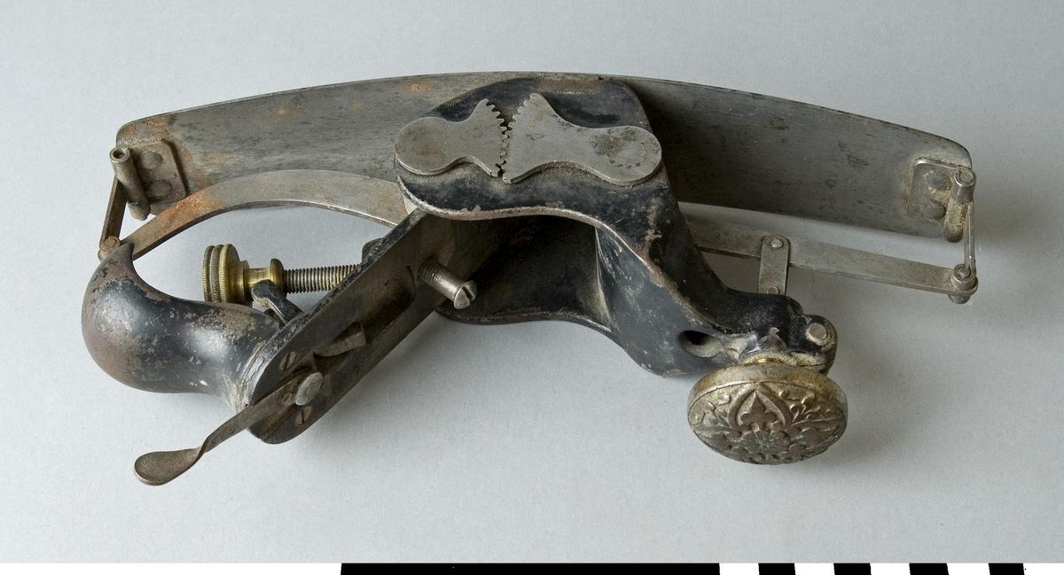 Hyvel helt tillverkad i stål. Bukthyveln används för hyvling av buktiga ytor och har därför en böjlig stålsula, som medelst en ställskruv kan ställas för hyvling av såväl konkava som konvexa ytor. Ställskruvens knopp är rund och gjuten i mässing och dess översida har ett regelbundet mönster av stiliserade bladgirlanger med en blomma i mitten. Hyveln saknar hyvelstål. Hyveln är märkt med Stockholms Borgargilles nummer SB 1784.  Funktion: Hyvling av konvexa såväl som konkava ytor
