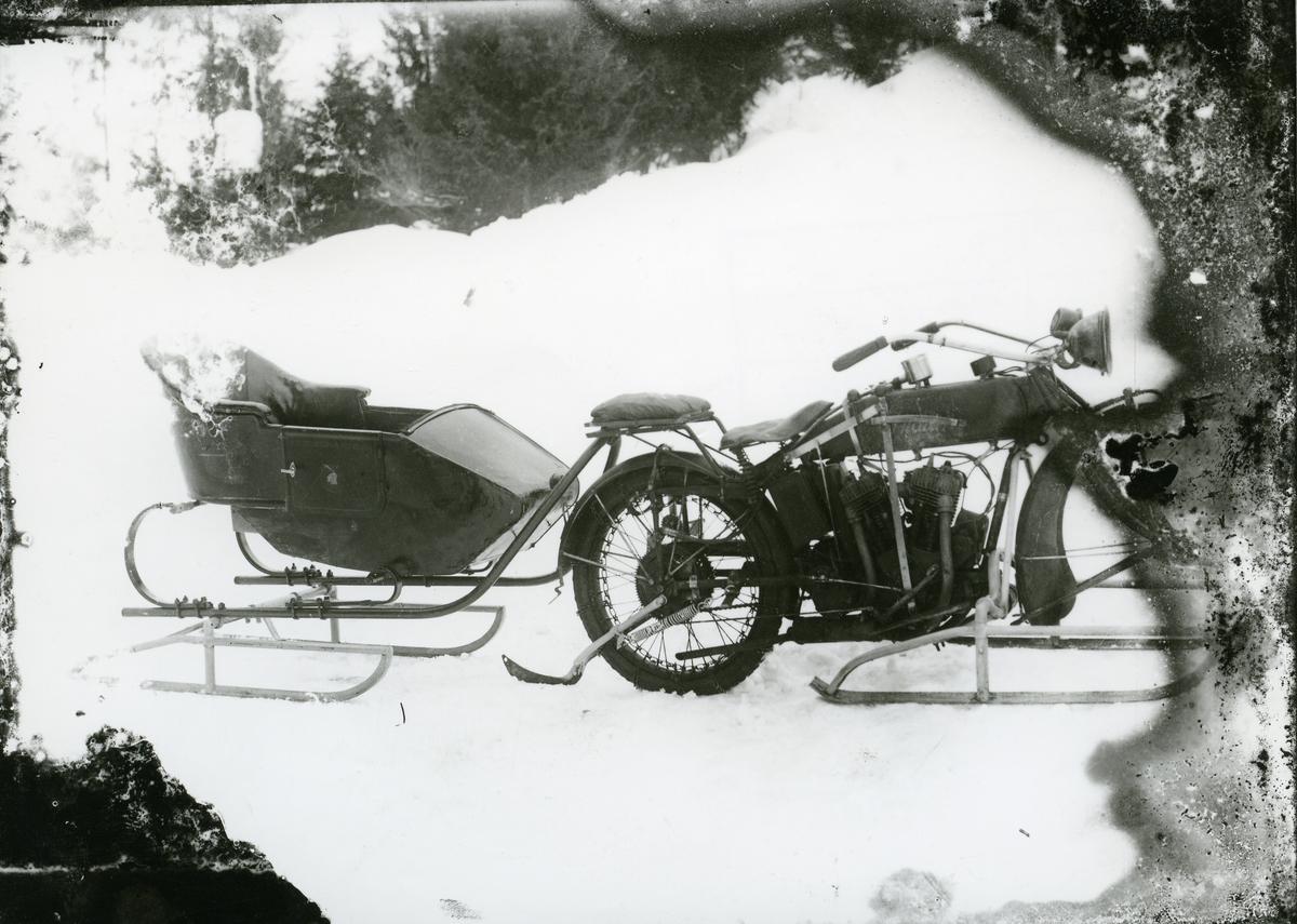 Motorsykkel med slede. Den første motoriserte doktorskyss i Sør-Aurdal.