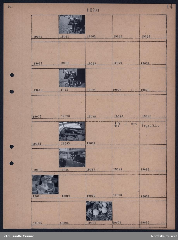 Motiv: Djurgårdsfärja, Skeppsbron; En man sitter med nystan, mattor som ligger på en kärra.  Motiv: Torgbilder; Närbild på en bil, en hög med spånkorgar, ett grönsakstånd.