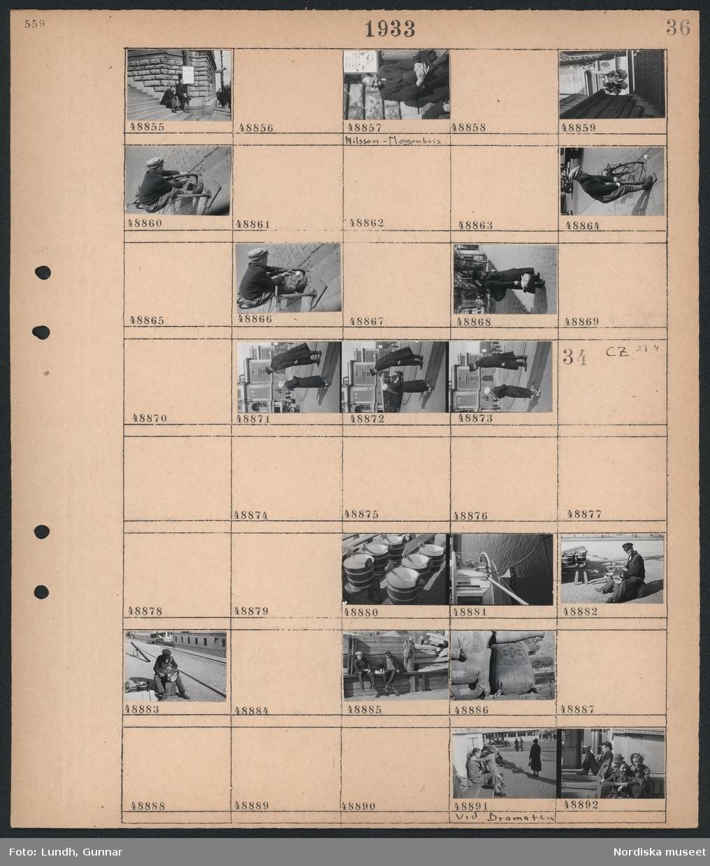 """Motiv: (ingen anteckning) ; Porträtt av två män som sitter i en trappa, porträtt av en man """"Nilsson - Morgonbris"""", två kvinnor sitter i solen, en pojke pumpar ett cykeldäck, en kvinna pratar med en man i uniform.  Motiv: (ingen anteckning) ; Detaljbild av träkärl,  detalj av aktern på en båt, en man sitter och oljar laggade träkärl, en stapel med säckar, männsikor sitter på trappan vid Dramaten."""