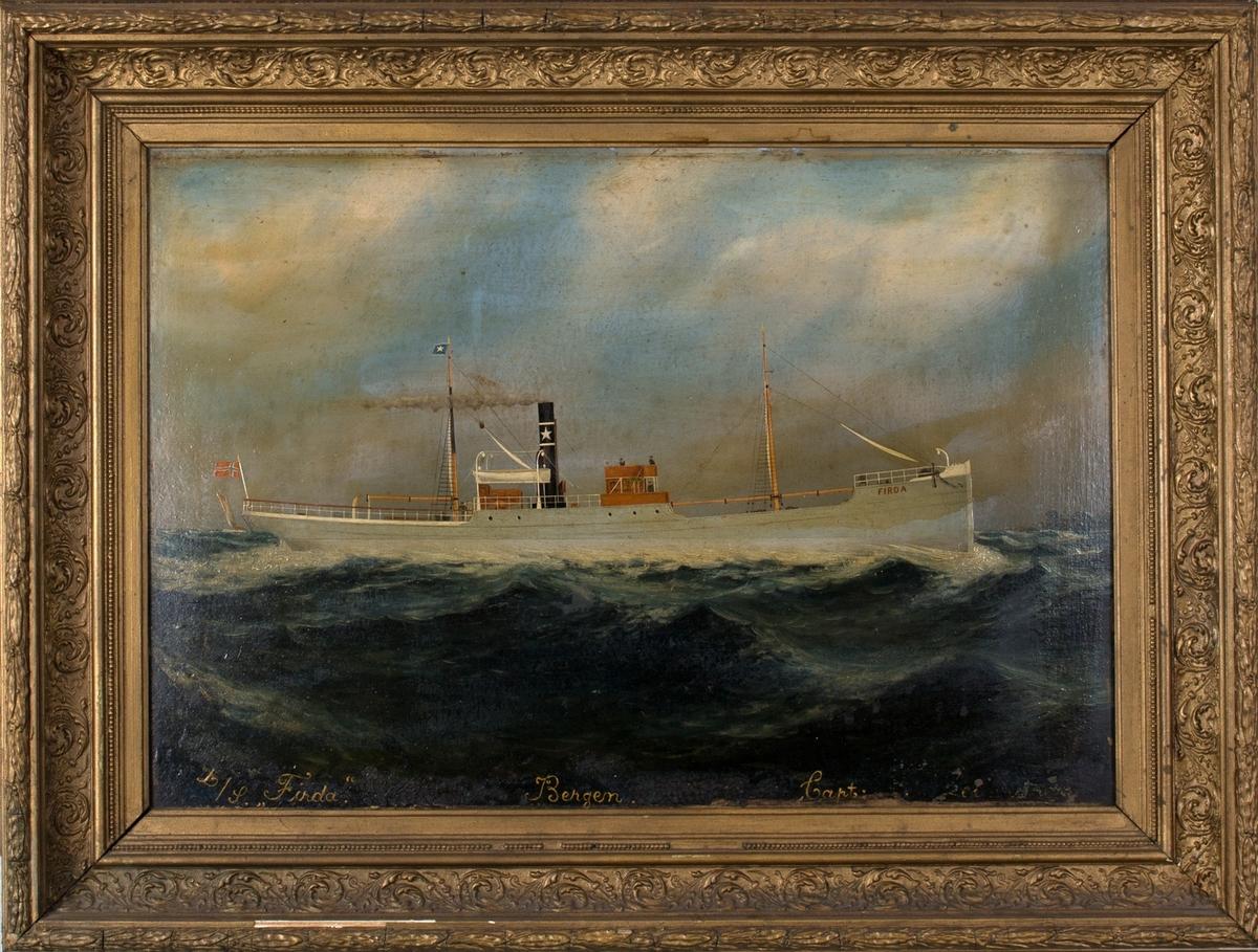 DS FIRDA, med skorsteinsmerke og rederiflagg (stjerne) fra Adolph Halvorsens rederi. Skipet er ute på åpent hav med store bølger. Et mindre seilfartøy i bakgrunnen.