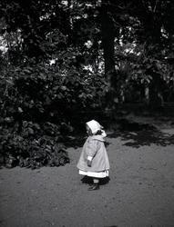En flicka på Tuna gård.