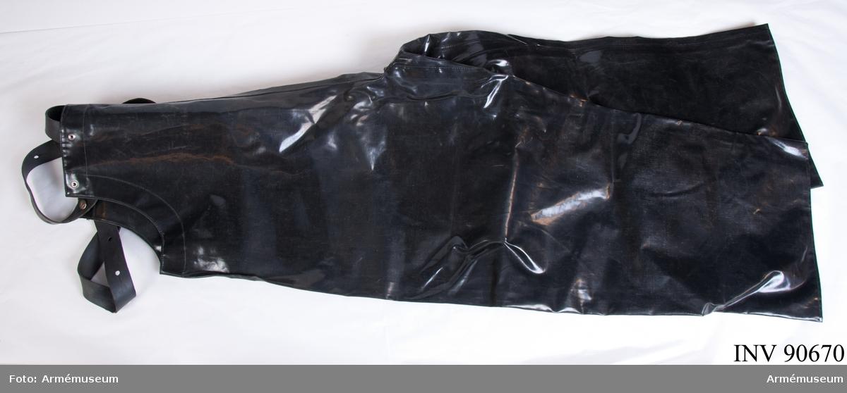 Svarta gummibyxor med gummihänglsen som går att knäppa fast.