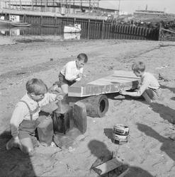 Gutter bygger kano på Ilsvikøra, fot. for Arb.Avisa