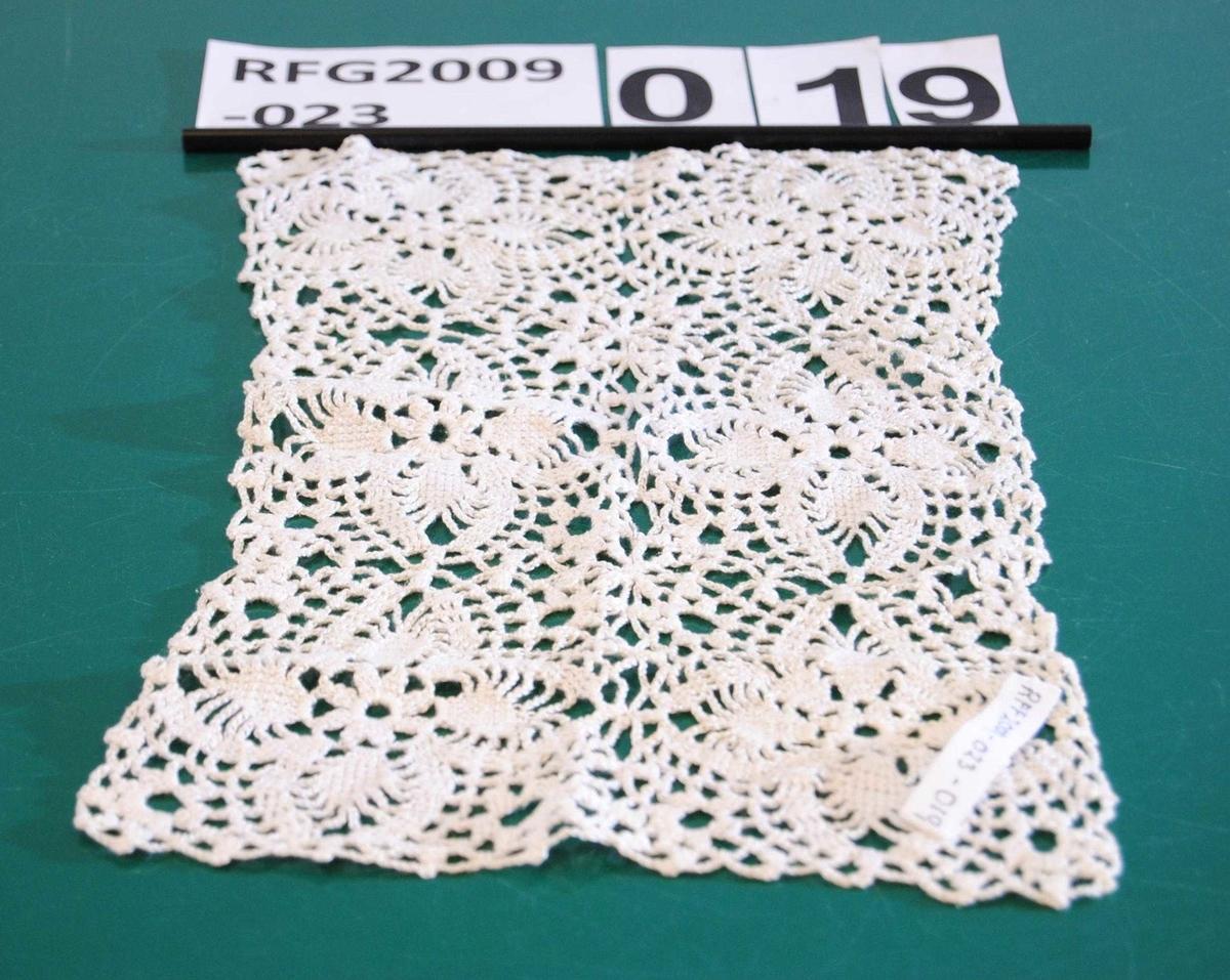 Brukssted: stova. Form: hekla firkantar som så er hekla saman av 2 + 3 ruter.