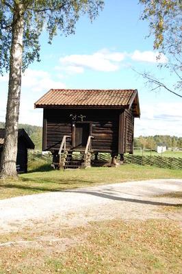 Stabburet_fra_Logn_-_Aurskog-Hland_bygdetun_-_MiA_Museene_i_Akershus.jpg