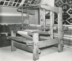 Et eldre gjenstandsfotografi av en vevstol fra ei tidligere