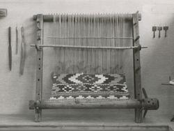Et eldre gjenstandsfotografi, fra ei utstilling, av en oppst