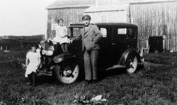 Agnes , Ågot og Nils Wulff med en bil.