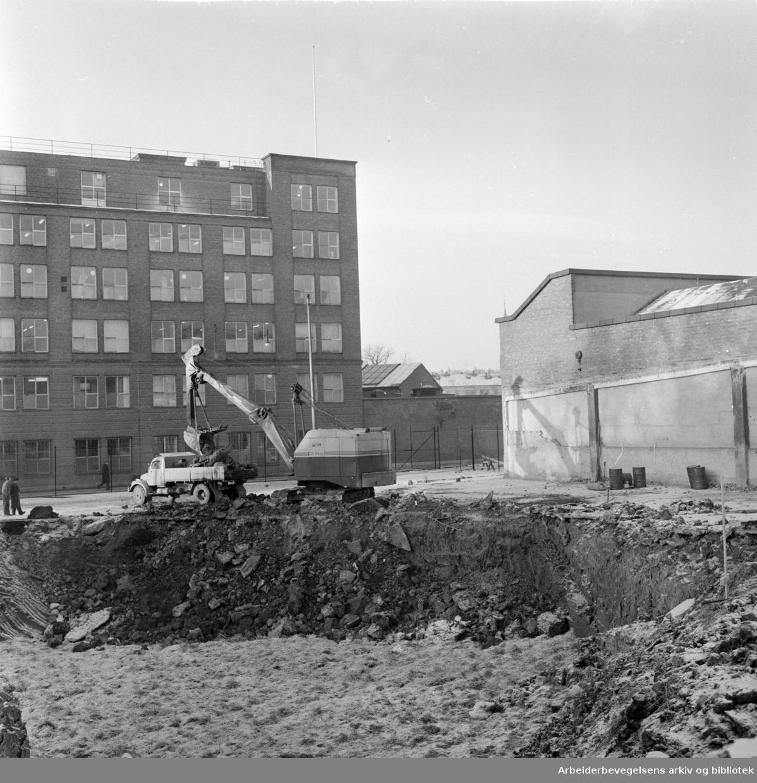 Freia a.s.: Verksgata graves opp - om ikke lenge vil Freias nybygg stå klart. Desember 1963