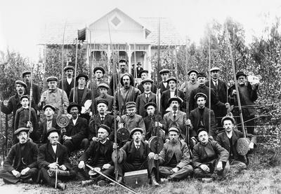 Skitt fiske! For kara i «Hamar og omegns fiskeriforening» var målet å få den store Mjøsørreten på kroken. Bildet er tatt i 1915 på Dalby i Ringsaker kommune av Christian Grundseth.