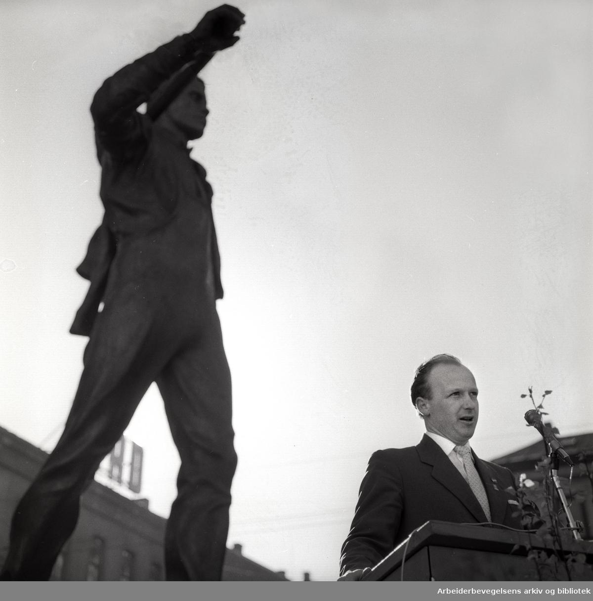 1. mai 1960, Thore Gundersen holder tale for flagget ved statuen Pioneren på Youngstorget.