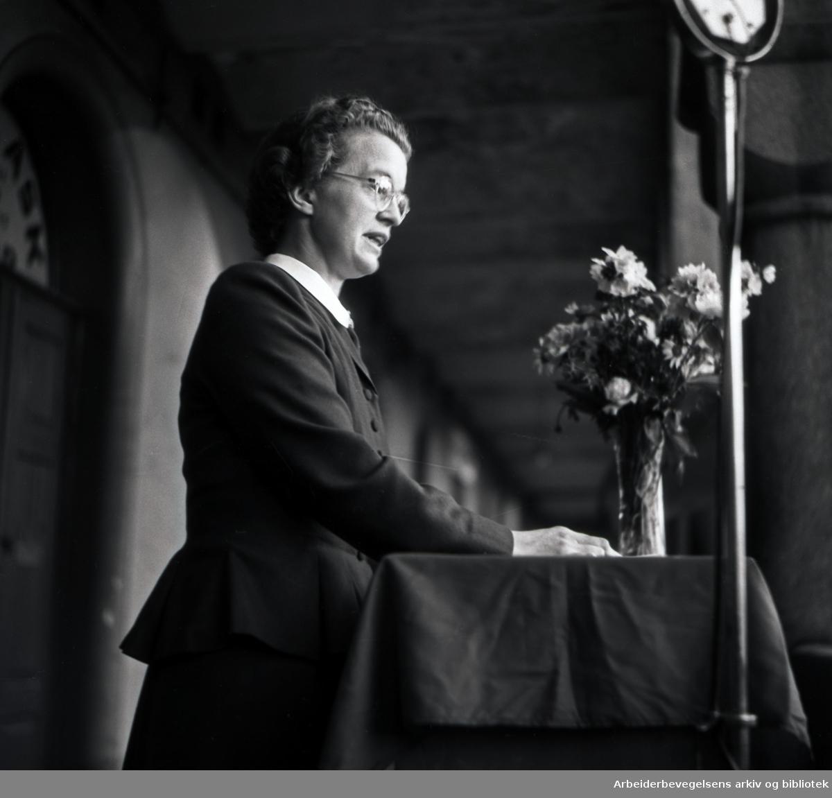 Rakel Seweriin taler på Youngstorget, juni 1948.