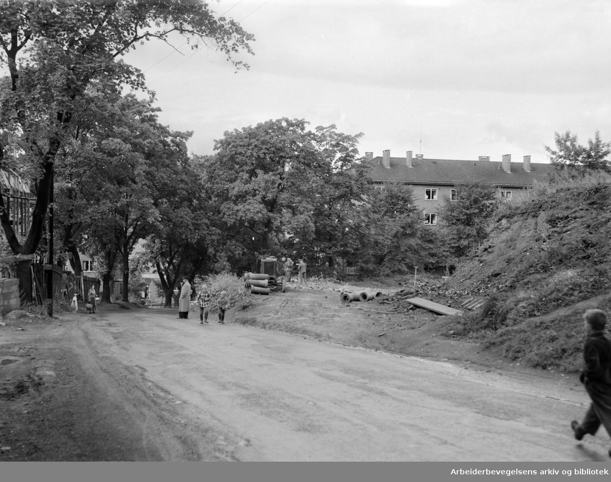 Frydenbergveien. Farlig trafikkåre (før omleggingen). August 1953