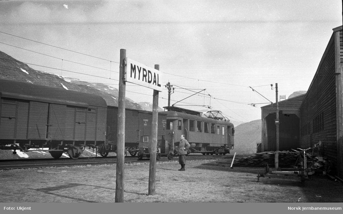 Myrdal stasjon med tog til Flåm, motorvogn type 104 (64) med vogner