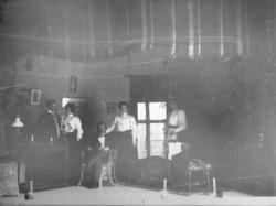 Grupporträtt av en högreståndsfamilj i början av 1900-talet.