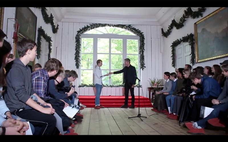 Direktør Bård Frydenlund avslutter seremonien med en symbolsk overlevering av makt til elevene som skal ta over og drive museet en uke før Stortingsvalget i september.