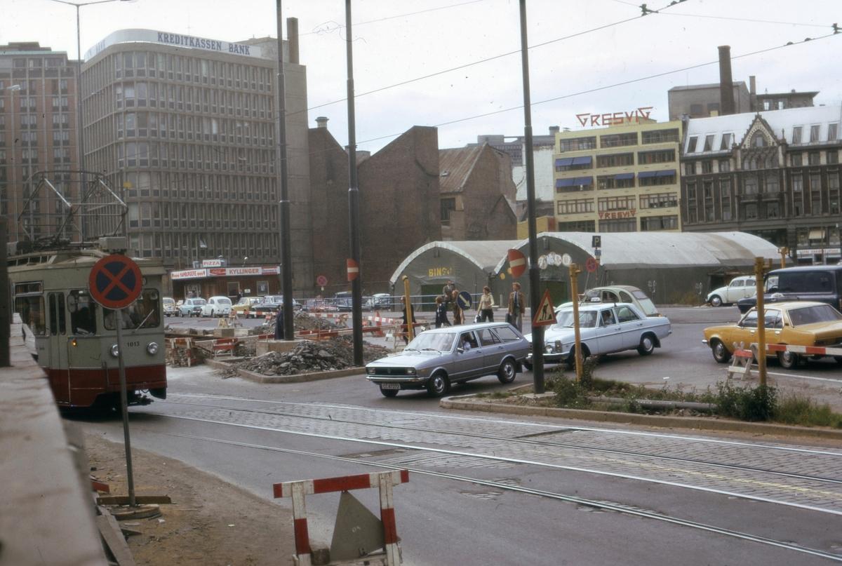 Ekebergbanetog sporvogn 1013 i midlertidig sporsløyfe ved Jernbanetorget grunnet gravearbeid for å framføre ny jernbanetunnel under Oslo.
