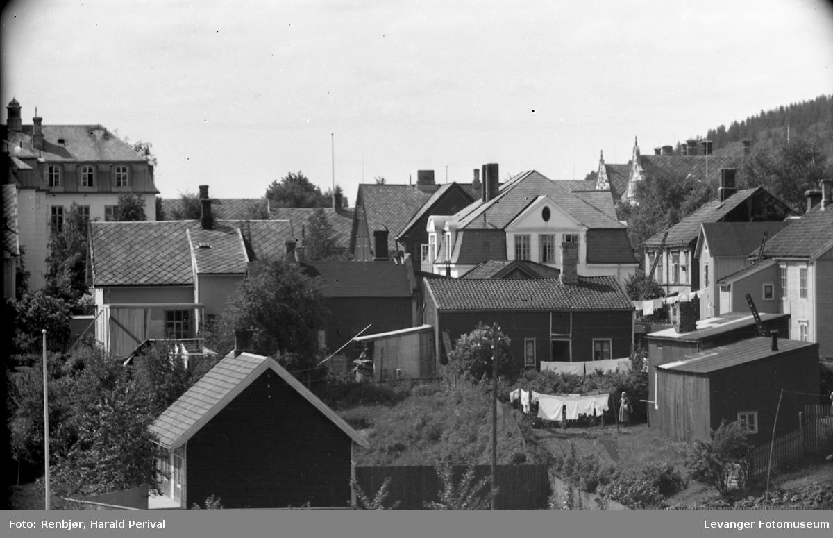 Utsikt mot sykehuset , bakgårder og klesvask.