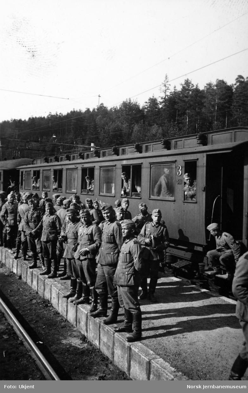 Tyske soldater på Nordagutu stasjon foran personvogn litra Co2a nr. 511