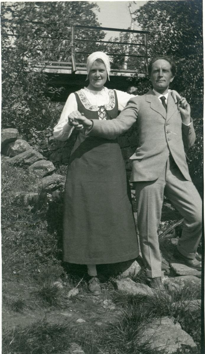 Anders Underdal og frøken Lange - Müller ( Astrid Mansrud ).