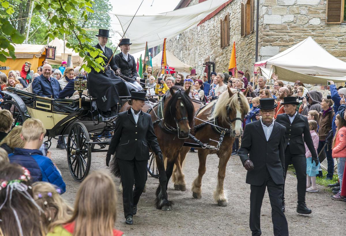 Hestene trakk landaueren med kongeparet ombord gjennom markedsgata på Hamar Middelalderfestival.