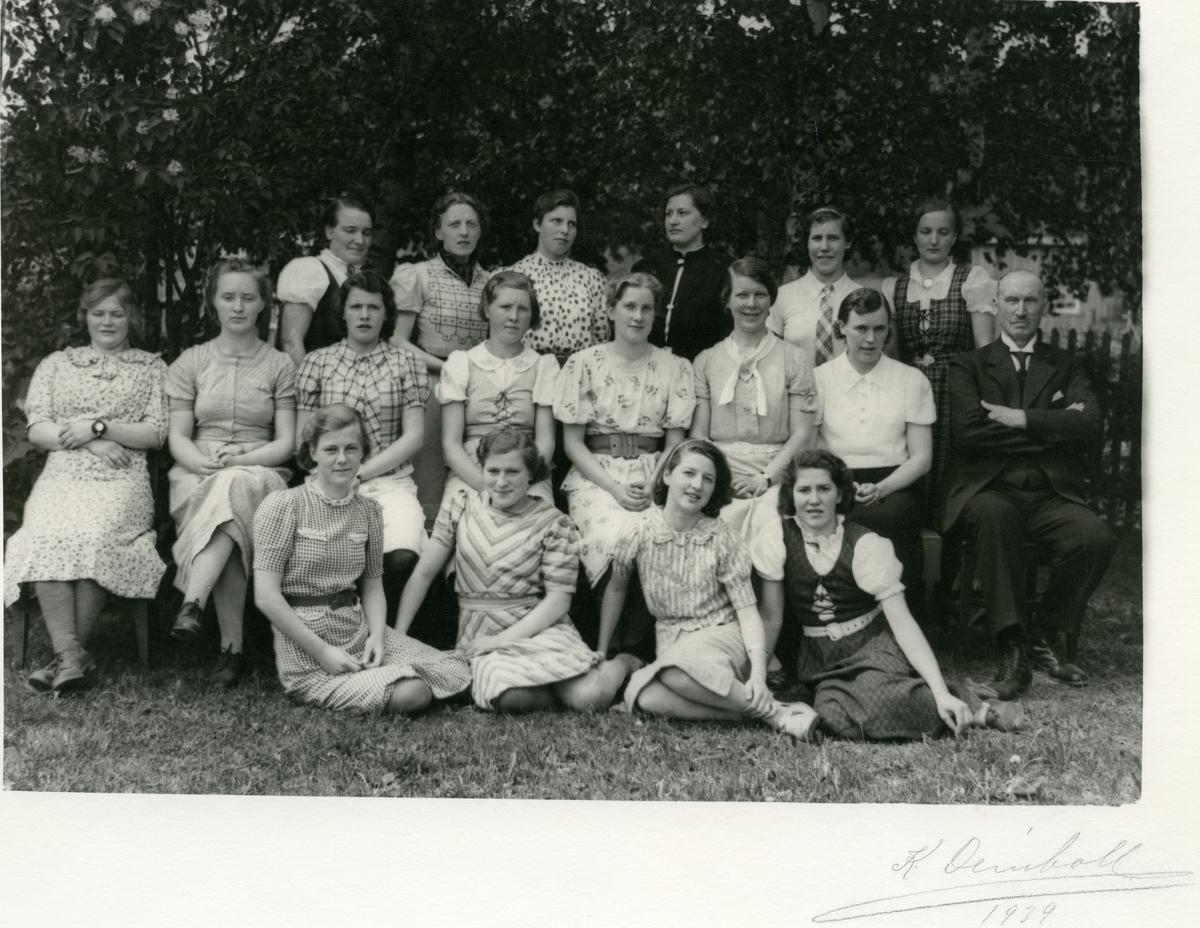 Ei jenteklasse ved Vestoppland Folkehøgskule, 1939.