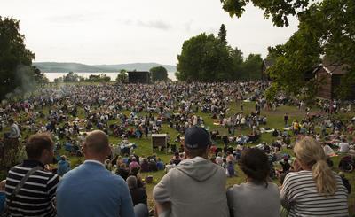 Mellom 3000 og 4000 mennesker koste seg på St. Hans feiring på Domkirkeodden i 2016.