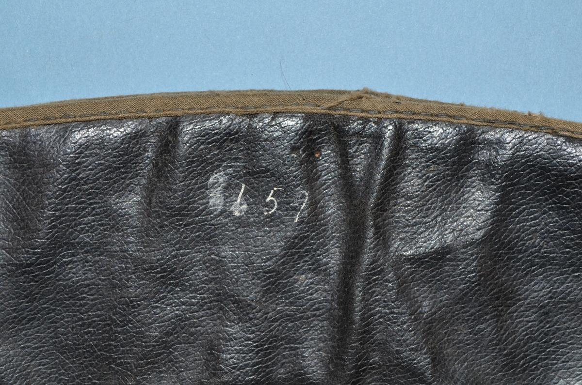 Hansker (a+b) i semsket skinn. Maskinsydd. Utvendige sømmer. Gulgrønn. Mansjetter: Imitert lær. Sort. På øverdel stykke av hanskematerialet til forsterkning. Kantebånd i bomull. Tynt bomullsfor.