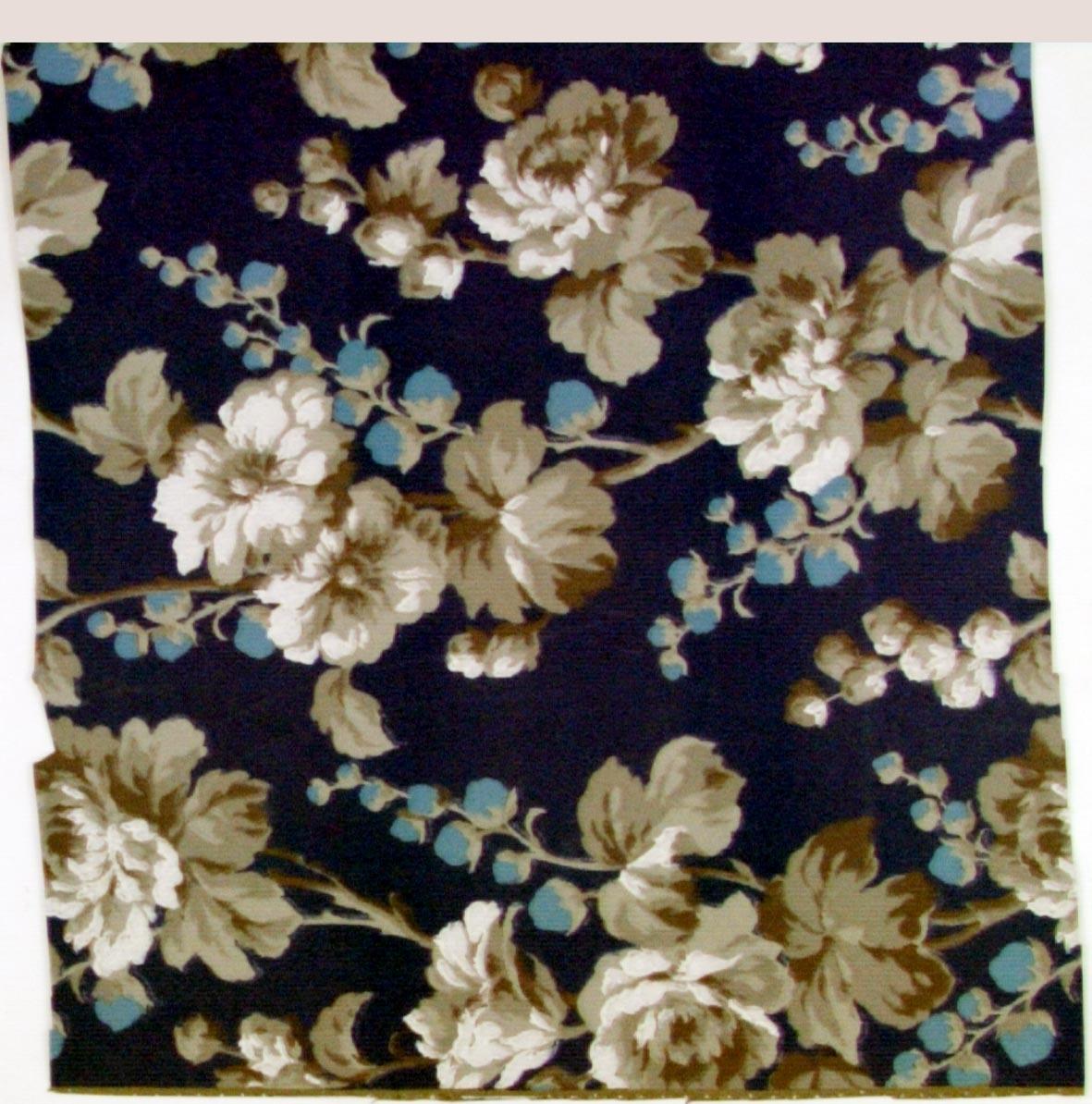 Stort rosenmönster på kvist i turkos och vitt samt i tre ljusgrå nyanser på en blå bakgrund.