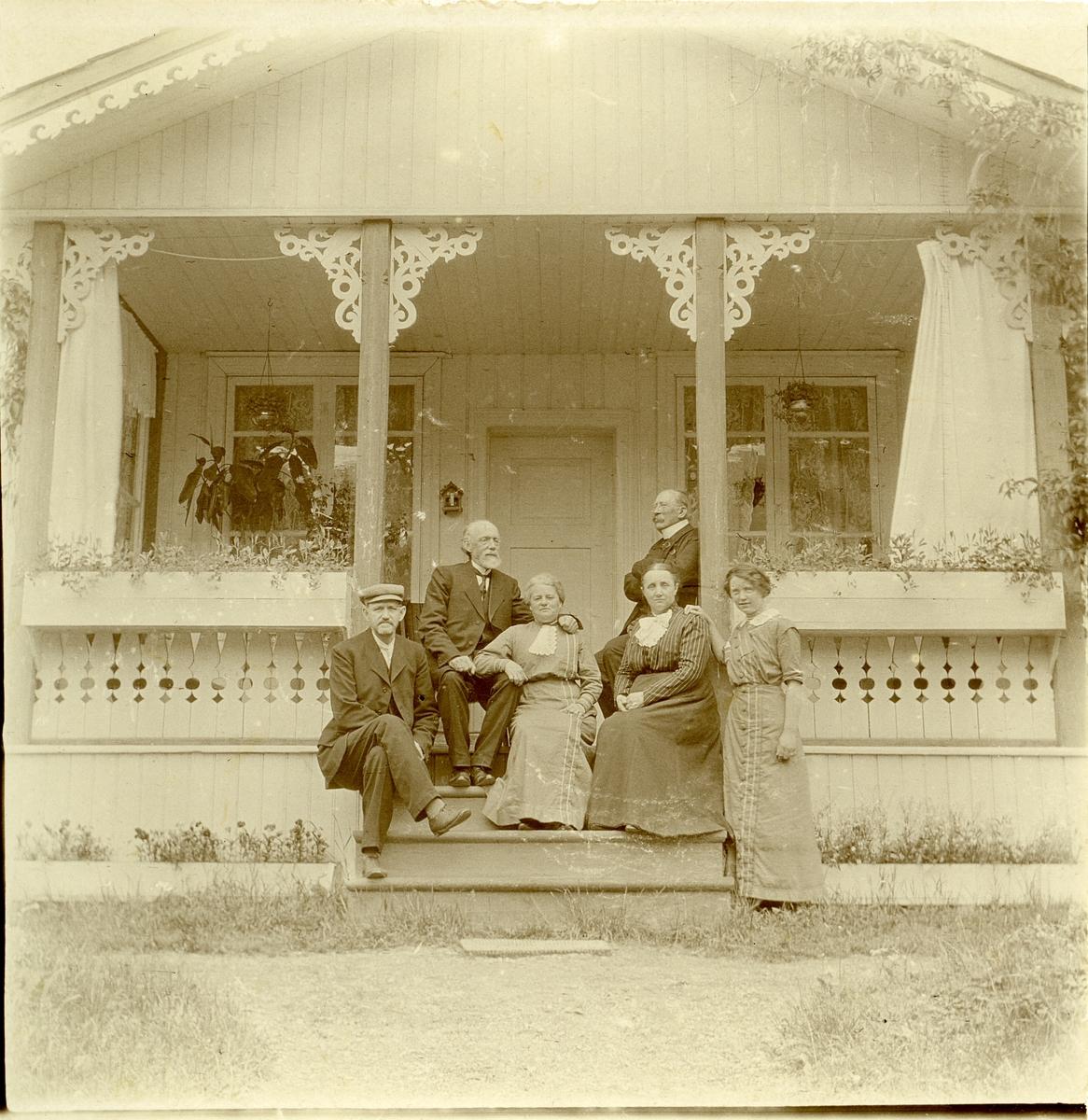 Prost Thomas Barth og kona Maren Marie sammen med  fire gjester på verandaen i presteboligen.