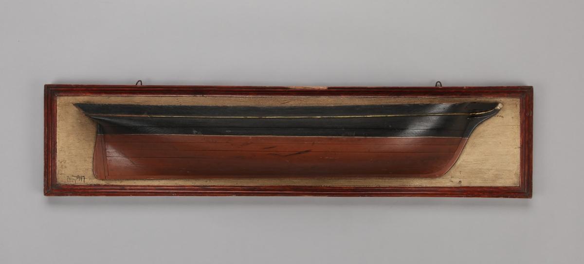 Halvmodell av ukjent seilskip montert på treplate.