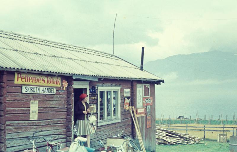 Skibotn landhandel 1965. Reklameskilt for Petterøes tobakk.