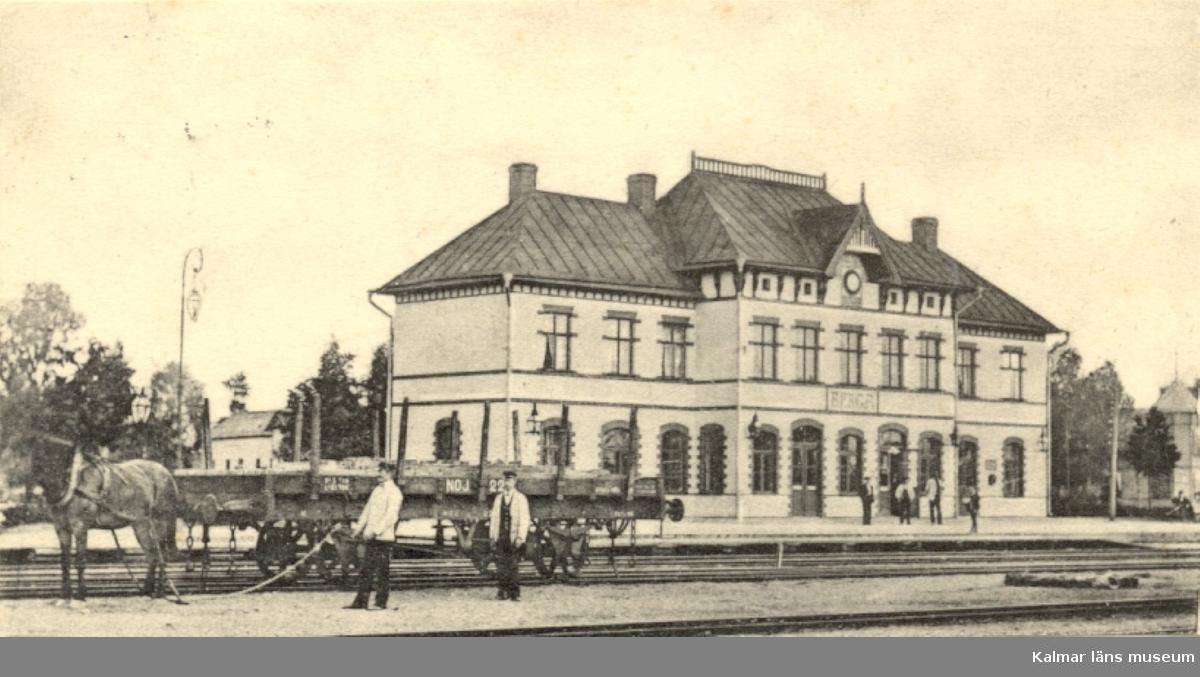Berga. järnvägsstation. Mannen till höger vid järnvägsvagnen stationskarl Hultgren.