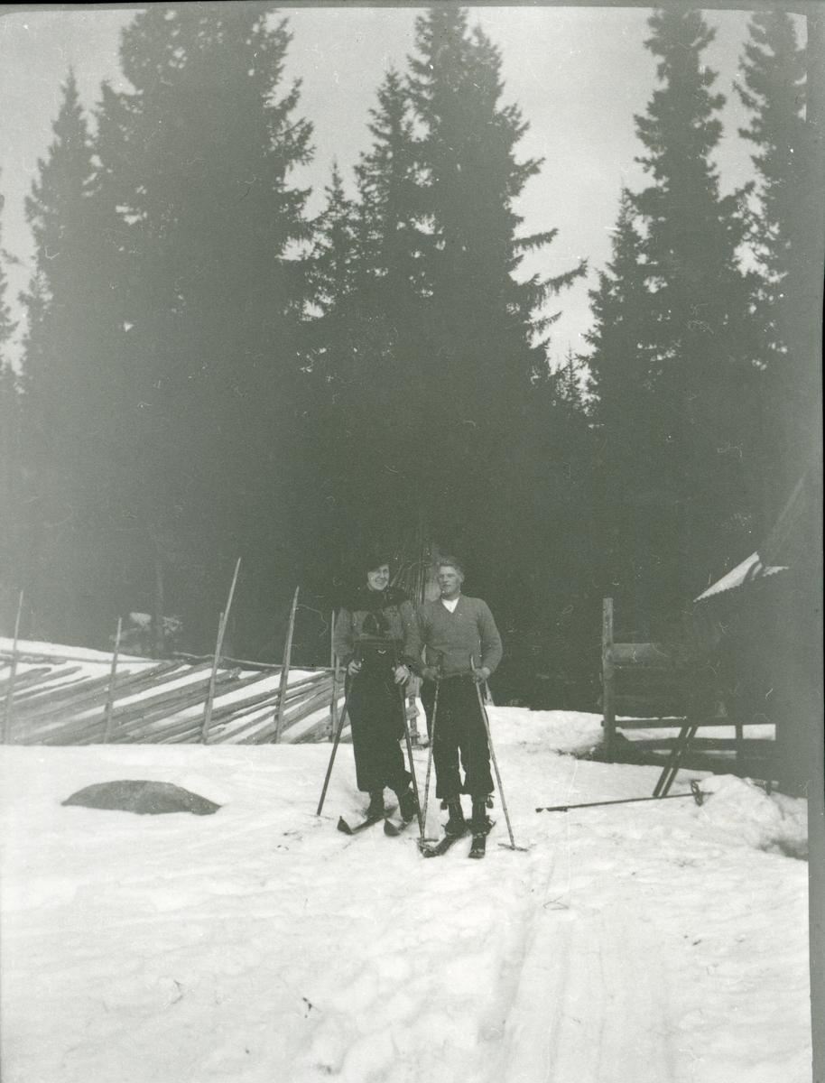Jenny Julsen på ski sammen med Harald O. Brattrud.
