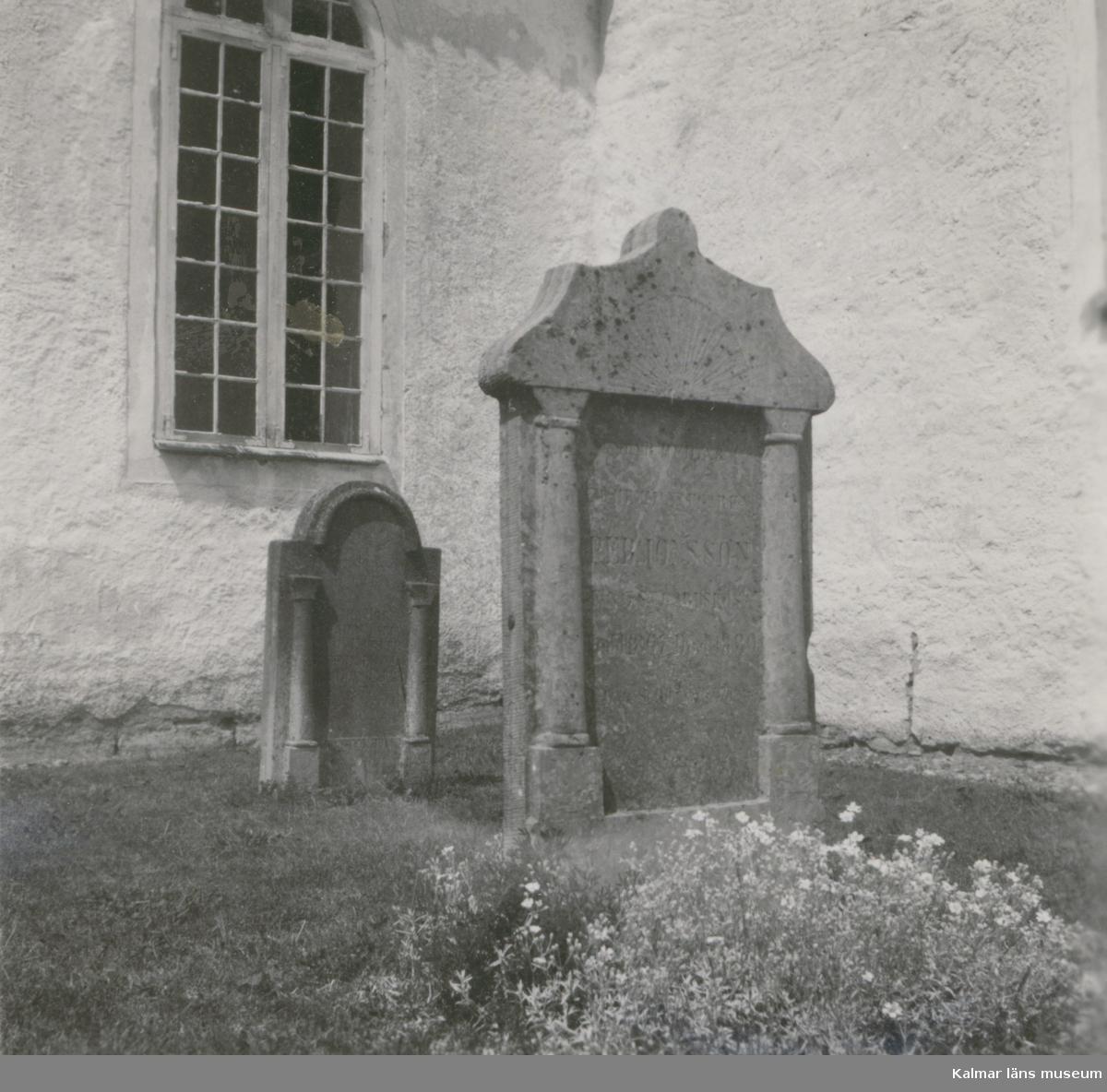 Gravsten vid Gärdslösa kyrka.