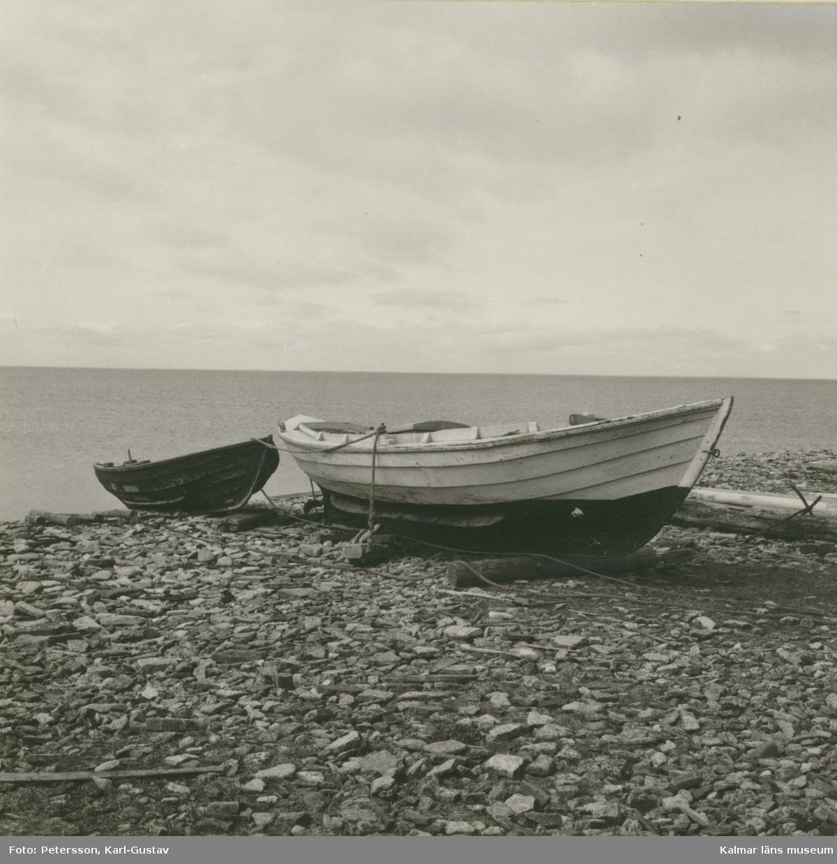 Båtar på stranden vid fiskeläget i Bruddestad.