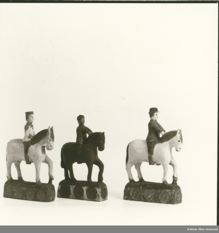 Alster av bildhuggaren Johan August Gustafsson i Seby. Johan August snidade flera versioner av Faraos Ryttare, där männens huvudbonad och färgen på hästarna varierade.