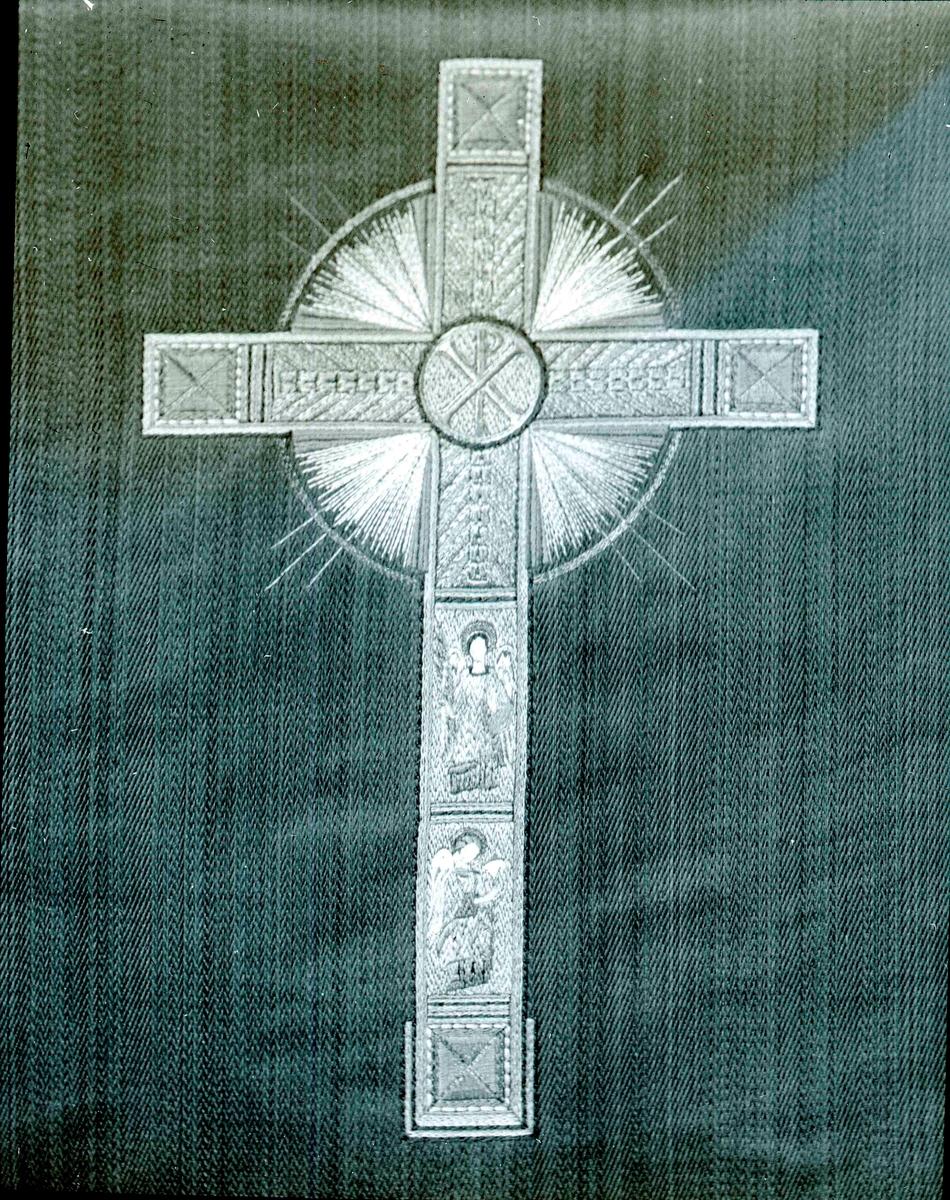 Närbild av antependiets broderi.  Ett antependium (av latin ante 'framför' och pendere 'hänga') är ett tygstycke som används för att täcka och pryda altaret i kristna kyrkor. Ursprungligen täcktes tre eller fyra sidor men från 1100-1200-talen blev det regel att endast täcka framsidan.  Färgen på antependiet brukar som regel följa kyrkoårets växlingar. Samma färger används för övrigt för mässkruden. Den vanligast använda färgen är grönt.