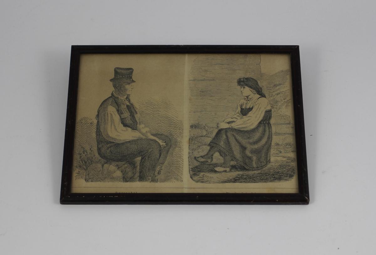 Til venstre setesdøl sittende på en trestamme, profil til høyre. Til høyre sittende kvinne, halvprofil til venstre. Tradisjonelle klesdrakter.