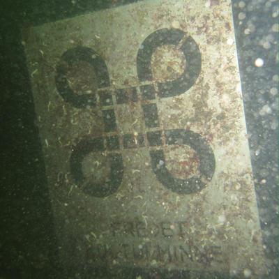 """Skilt under vann som markerer """"Lossen"""" som fredet kulturminne."""
