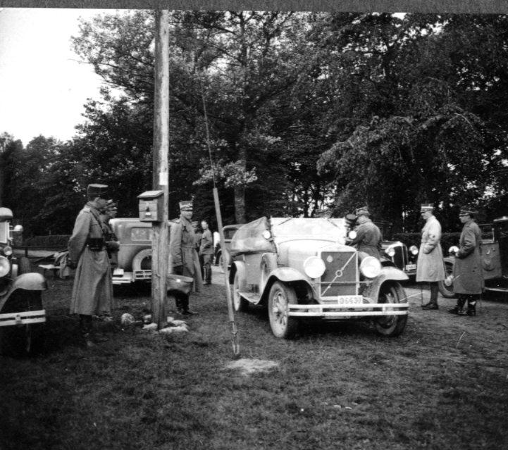 Fordon klara för avfärd. Tånga Hed. I mitten en Volvo PV 650 cabriolet, årsmodell 1929. Officerare, sannolikt ur A 2, i uniform m/1923 med trenchcoat.