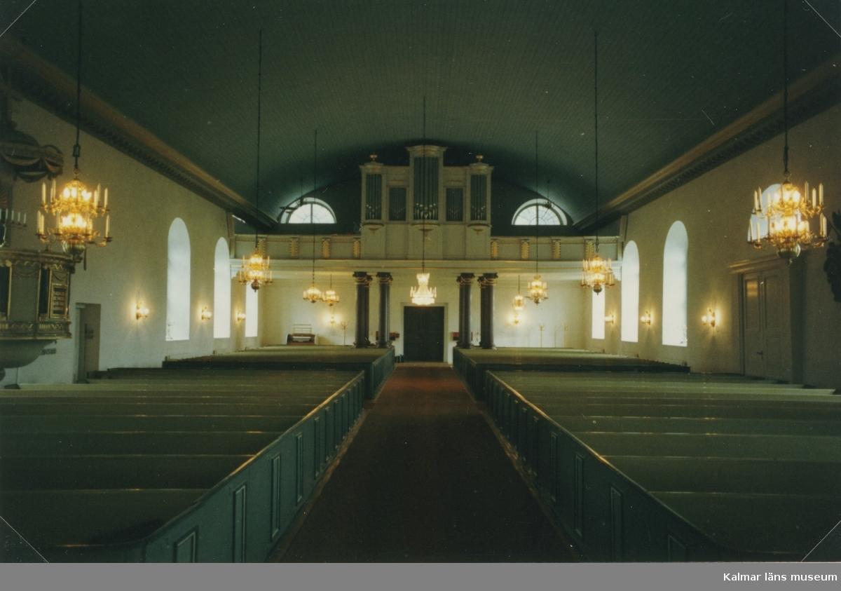 Interiör från långhuset i Mörlunda kyrka.