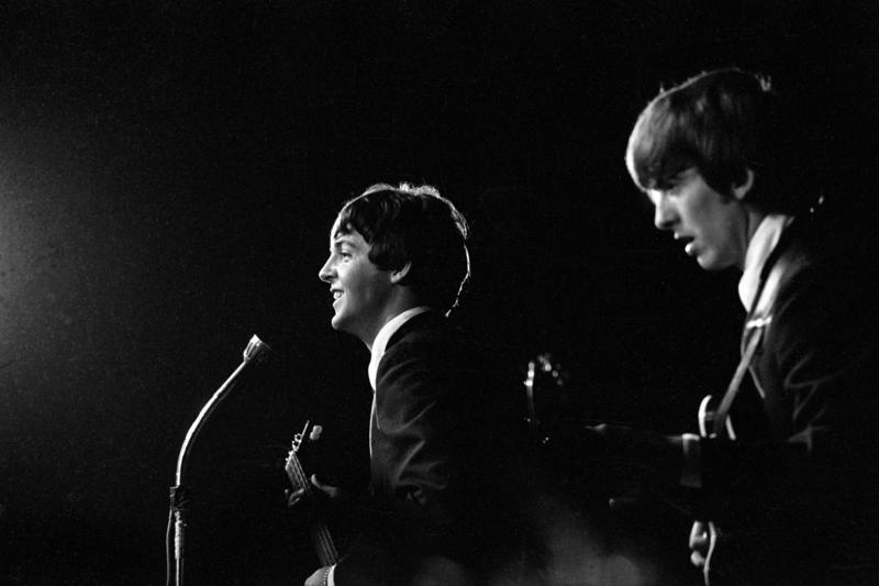 Konsert The Beatles i K.B. Hallen i København. På scenen George Harrison til høyre og Paul McCartney (Foto/Photo)
